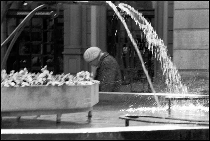 5. Old women under the fountain