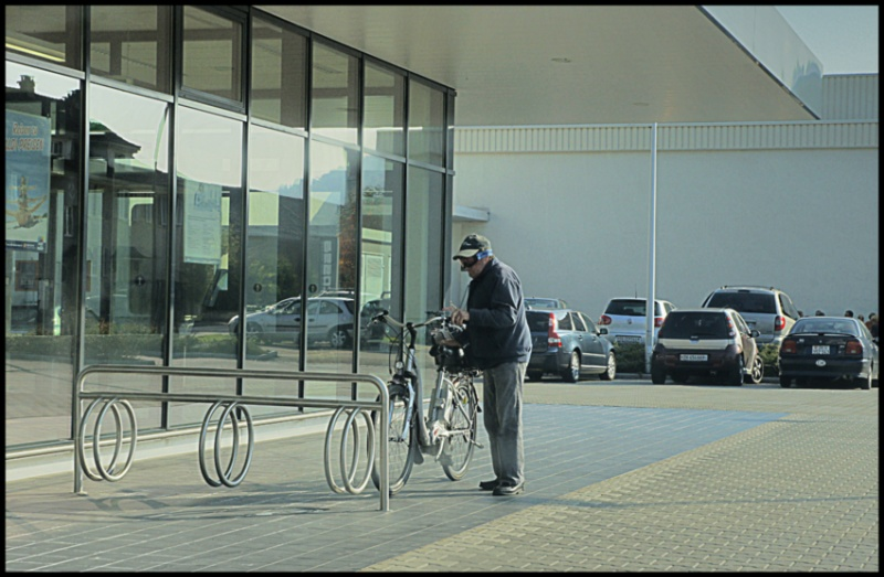 27.Aldi Suisse. Man with e bike and ski goggles